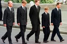 """""""Nehuma criança devia passar por isso"""", diz Harry sobre o funeral de Diana"""