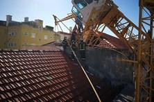 Imagens mostram queda de grua em Lisboa que fez um ferido