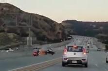 Despique entre moto e carro provoca choque em cadeia