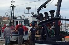 Traineira com 19 pescadores a bordo mete água ao largo de Peniche