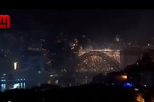 Ponte D. Luís iluminada com fogo de artifício na noite de São João