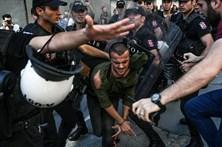 """Polícia dispersa manifestantes da """"Gay Pride"""" em Istambul com balas de borracha"""
