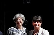 Theresa May e unionistas selam acordo de governo no Reino Unido