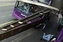 Homem sobrevive a atropelamento de autocarro e vai a um bar
