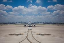 Mulher atrasa voo depois de atirar moedas ao motor do avião