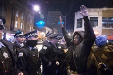 Três polícias de Chicago acusados de encobrir assassínio de adolescente negro