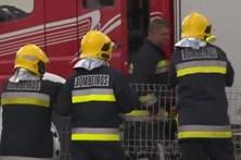 Fogo consome pavilhão em zona industrial em Coimbra