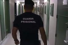 Sai da cadeia e espanca companheira