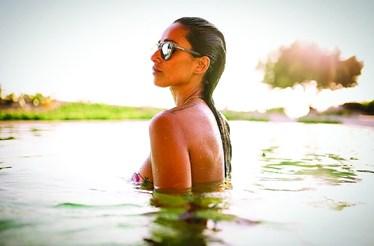 Rita Pereira exibe barriga no Algarve