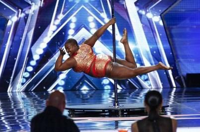 Professora de pole dance criticada por ter quilos a mais