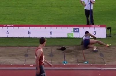 Peruca de atleta cai durante salto em comprimento