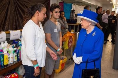 Rainha Isabel II e príncipe William visitam vítimas do fogo