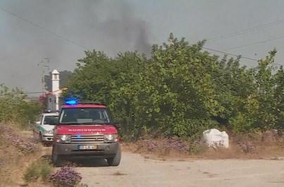 Incêndio em Quarteira está a ser combatido por meios aéreos