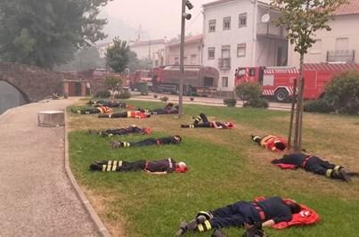 Bombeiros heróis lutam contra o inferno das chamas