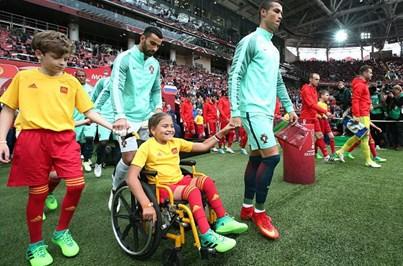Ronaldo entra em campo de mão dada com menina em cadeira de rodas