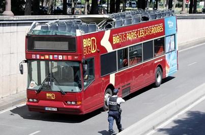 Autocarro turístico choca contra teto de túnel e faz quatro feridos