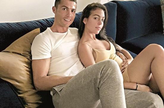 Namorada de Ronaldo mostra barriga em nova fotografia