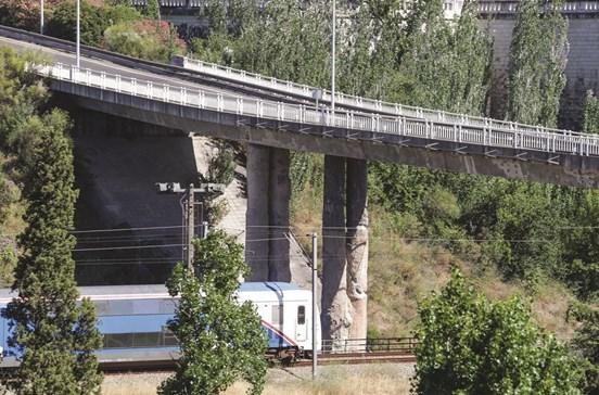 Viaduto para a ponte 25 de Abril com pilares degradados