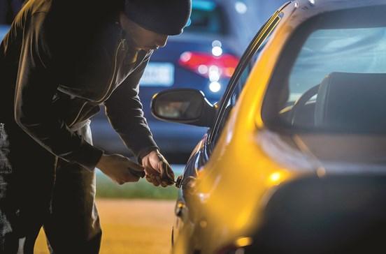 Gang juvenil furta carros e foge à PSP