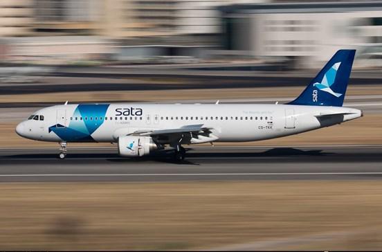 Avião da Sata em terra após choque com viatura de catering