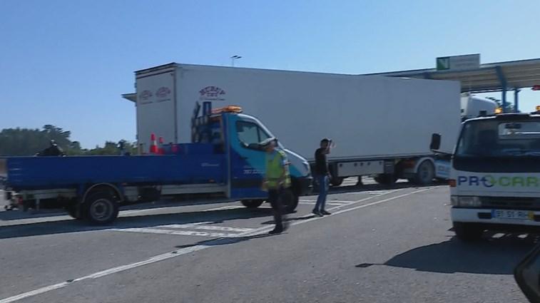 Acidente com camião e cinco carros faz dez feridos na A7