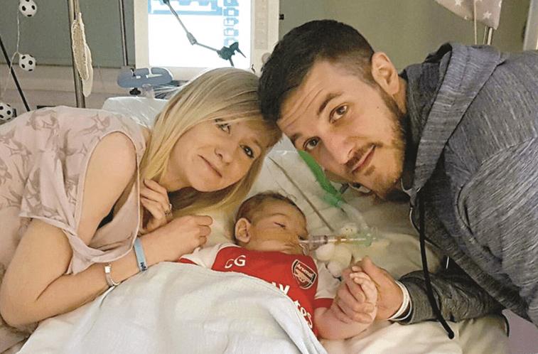 Pais do bebê Charlie Gard desistem de tratamento por ser 'tarde demais'