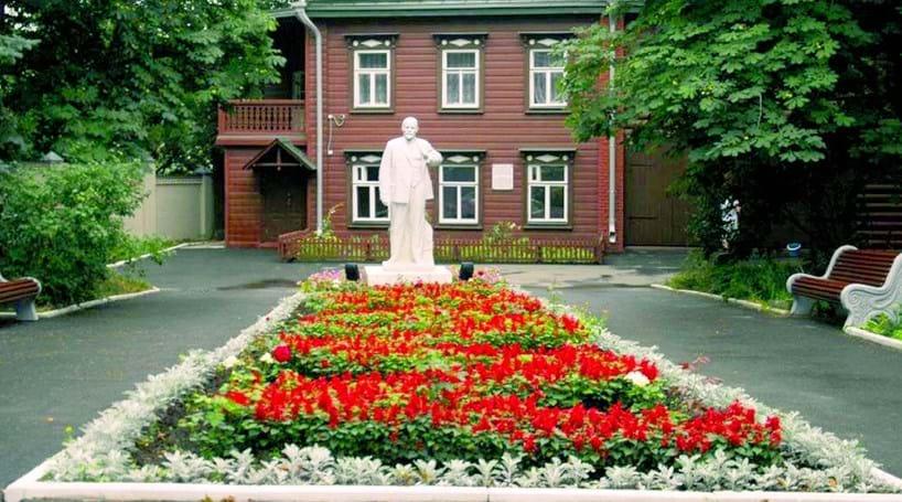 Lenine e Tolstói com casa em Kazan