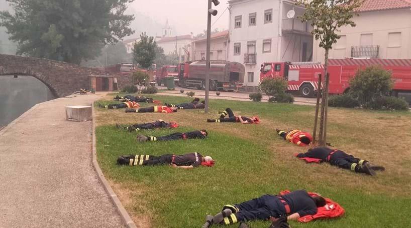 Foto de bombeiros exaustos torna-se viral