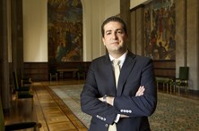 """Líder parlamentar do PSD diz que declarações de Costa são """"insulto à inteligência"""""""