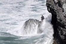 Casal preso em rochas no meio do Atlântico