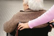 Assistente social condenada à prisão por burlar idosos