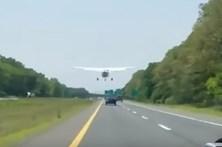 Avião aterra em pleno trânsito