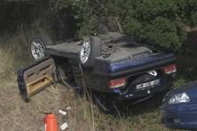 Retiram corpo de amigo após acidente com BMW e fogem