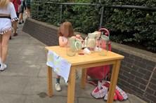 Criança que pagou multa por vender limonada convidada para mercados