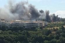 Fogo ameaçou carros na Quinta do Mocho, em Sacavém