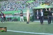 Bruno de Carvalho e Jesus entram em campo de mãos dadas