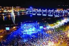Música e fogo de artifício numa cidade a bombar