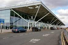 Jovem de 16 anos detido em aeroporto de Londres por suspeita de terrorismo