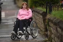 Laca deixa cabeleireira em cadeira de rodas durante três anos