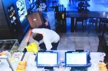 Cliente do Starbucks interrompe assalto armado à cadeirada