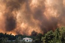 Casas arderam em Mação. Marcelo chegou ao local do incêndio