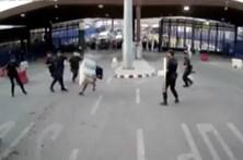 Vídeo mostra momento da detenção de marroquino que atacou polícia espanhol à faca