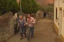 Repórteres da CMTV ajudam população a fugir de aldeia cercada pelas chamas