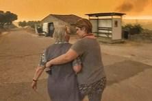 Momentos dramáticos em aldeia cercada pelo fogo