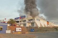 Incêndio em armazém em Albufeira dominado
