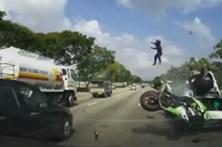 Imagens arrepiantes mostram choque de motociclista com carro parado na autoestrada