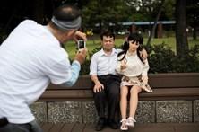Homem casado vive romance com boneca sexual
