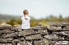 Menina de quatro anos violada pelo pai e pelo padrasto