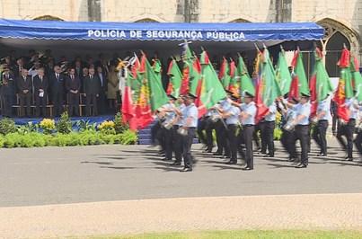 Polícias viram costas à ministra