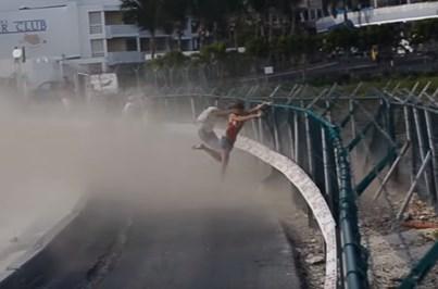 Vídeo mostra mulher a ser projetada por avião a descolar